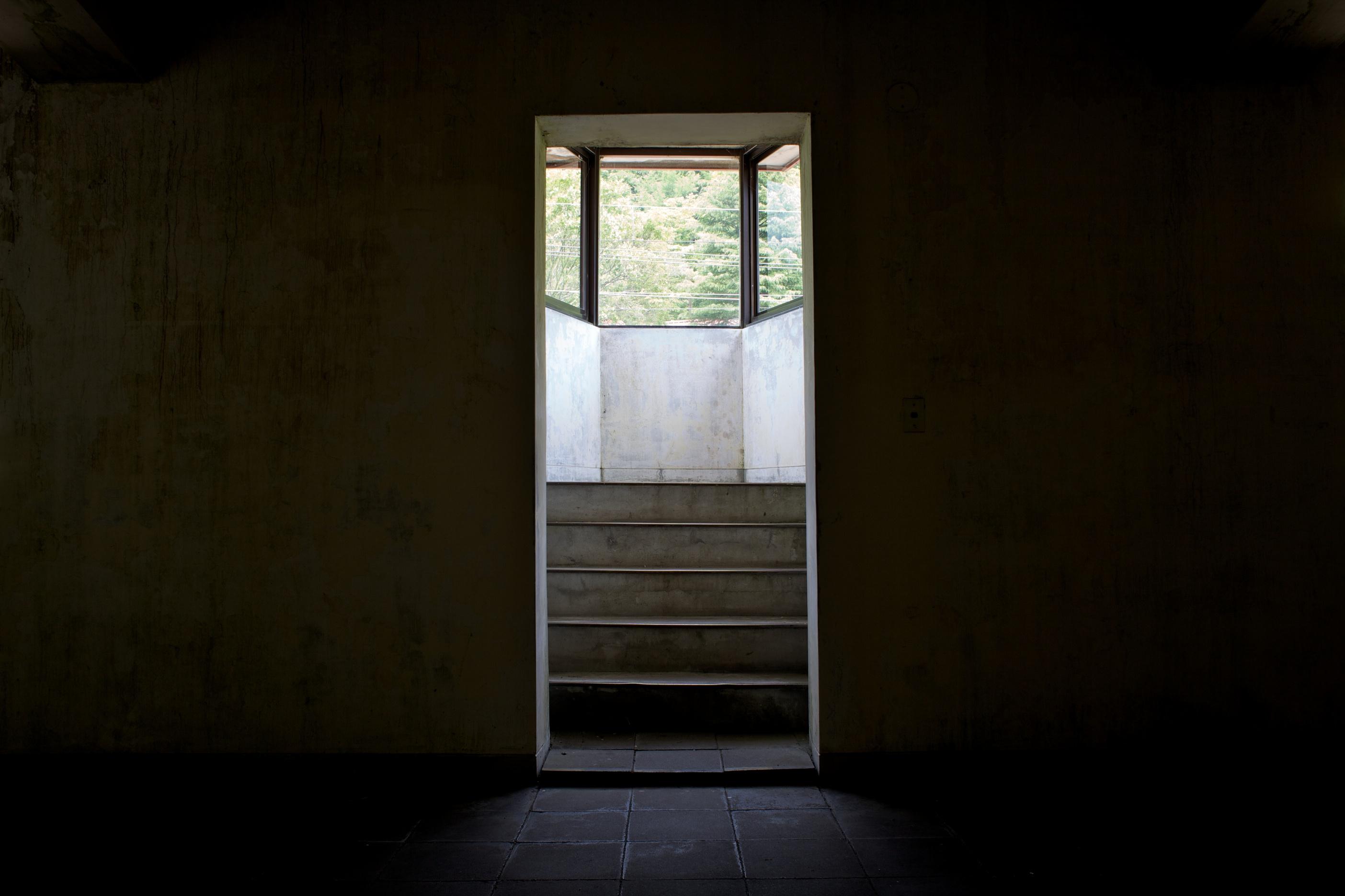 土合駅 改札の反対側辺りに、上りホームを見る事ができる出窓が設置されていました...  ^迷走局